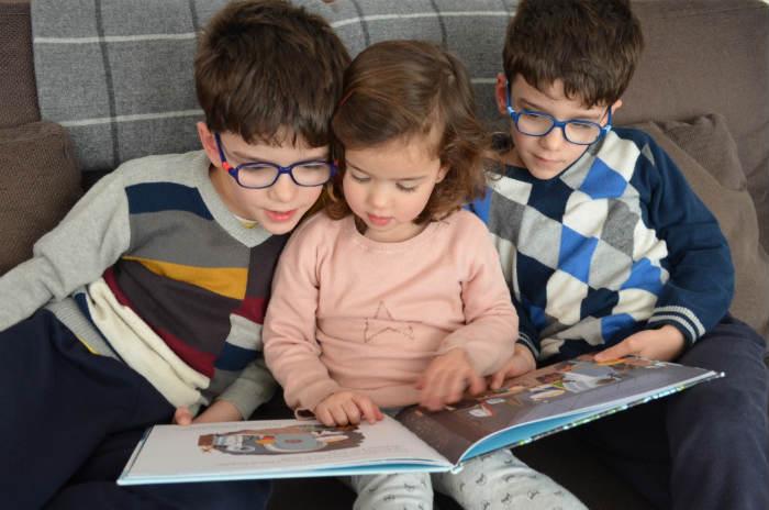 educación emocional a través de los cuentos niños compartiendo lectura