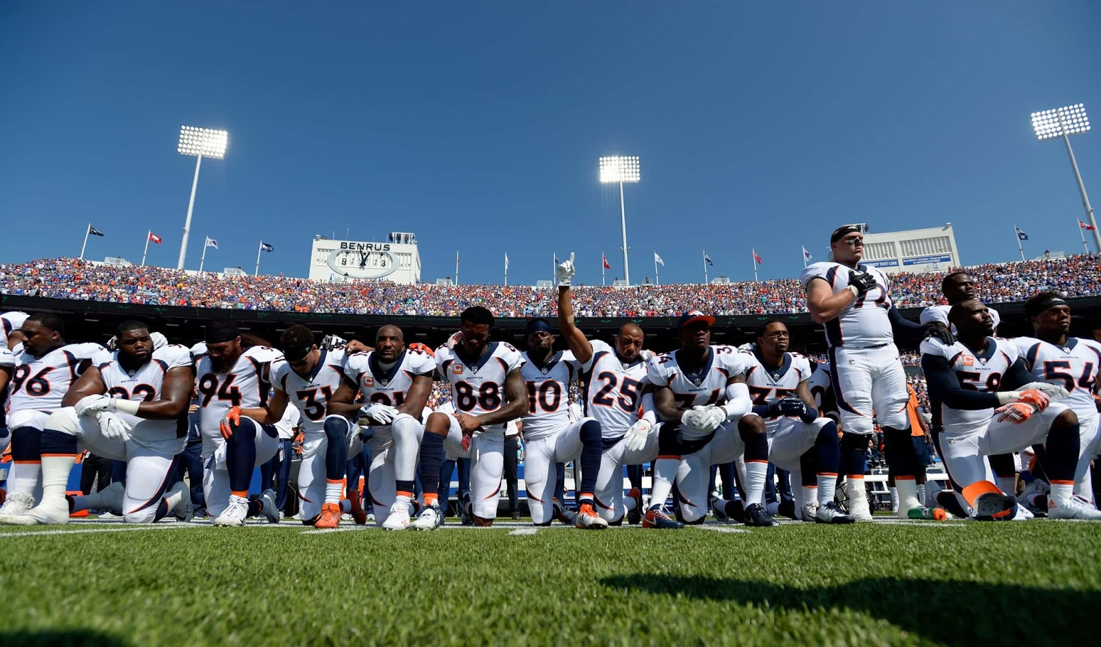 25 Of The Most Intriguing Pictures Of 2017 - Denver Broncos team take a knee