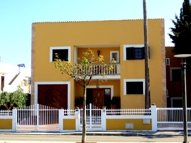Alcudia Mallorca yellow house