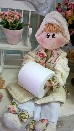 Porta papel, banheiro, boneca de pano