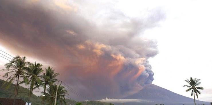 Gunung Agung Semburkan Abu Sampai Ketinggian 4.000 Meter