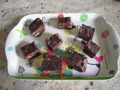 Fudge au chocolat avec inclusions de gaufrettes à la vanille