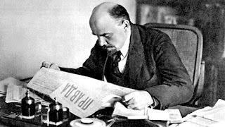 Lenin leyendo el Pravda del camarada Stalin.