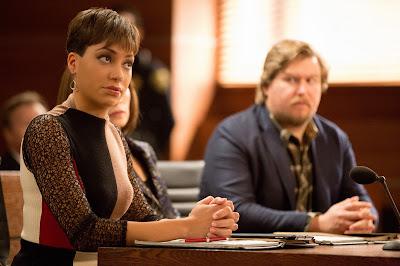 """Nos episódios """"Discovery"""" e """"KSR"""", desconfiam que Alicia e Jason estão tendo um caso - Divulgação"""