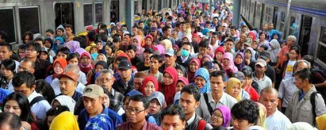 keramaian penumpang menanti jadwal KRL commuter line di stasiun jabodetabek