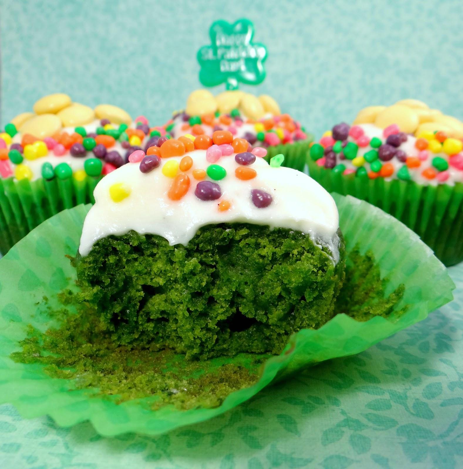 Treats & Trinkets: Naturally Green St. Patrick\'s Day Cupcakes