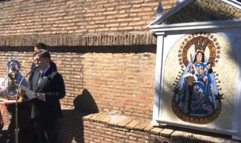 Embajador presentando la imagen de Copacabana en los jardines de la Santa Sede