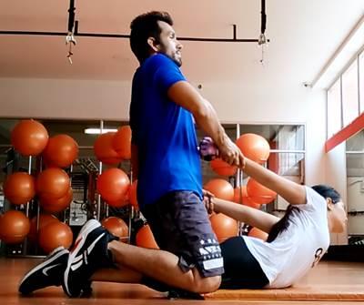 Ejercicio para estirar principalmente el músculo transverso del abdomen y los músculos oblicuos