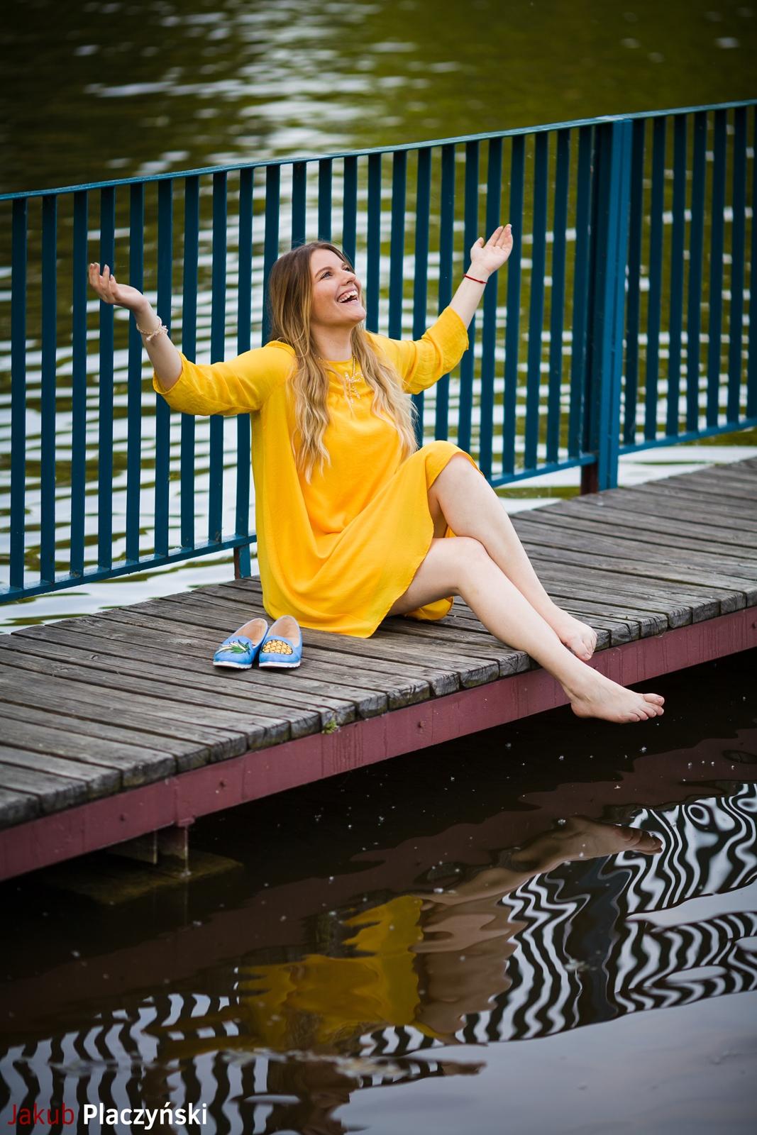 2 żółta sukienka na lato bonprix niebieskie espadryle z ananasem renee shoes reneegirls reneeshoes melodylaniella modnapolka lookbook ootd moda na lato biżuteria piotrowski swarovski