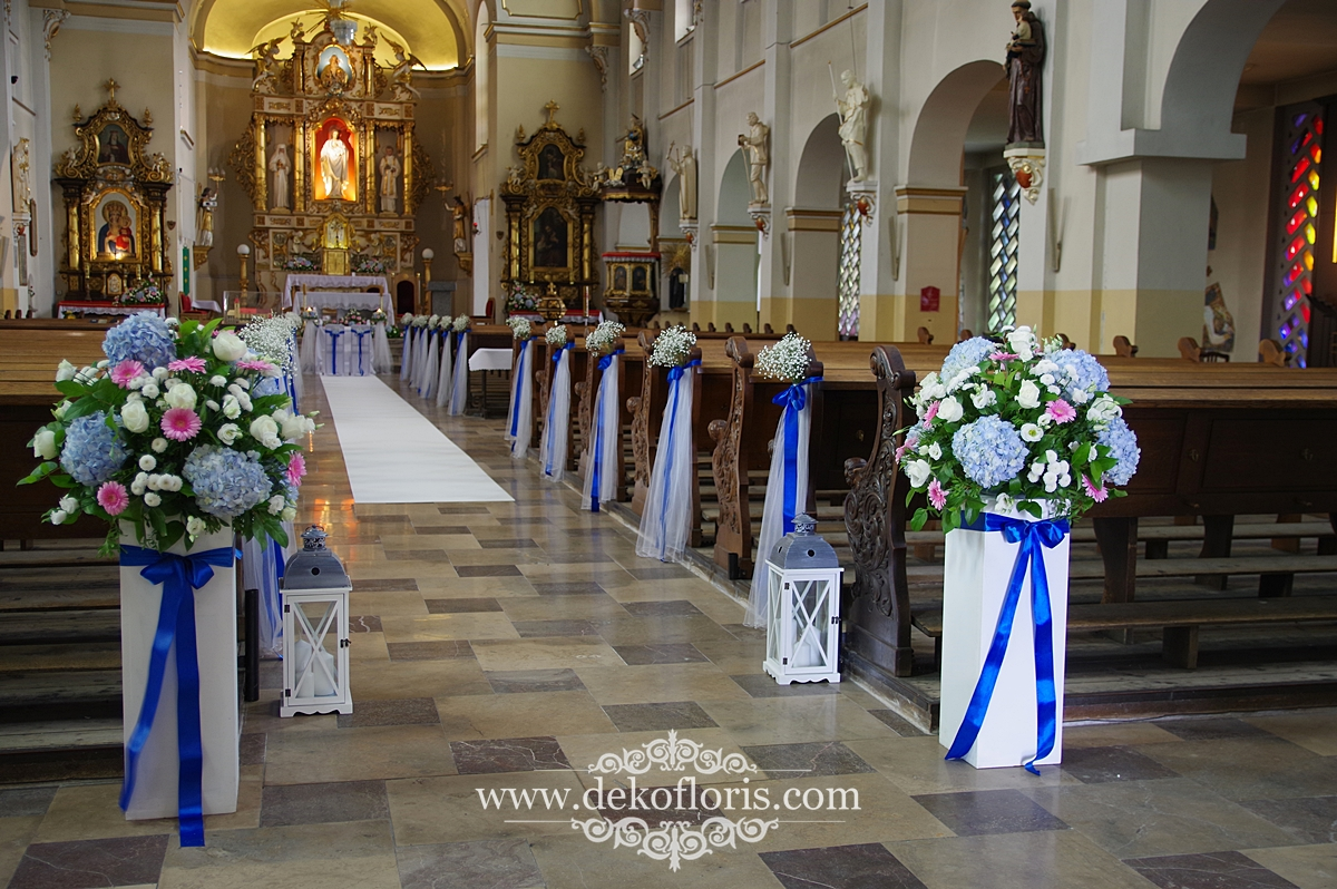 Ślubna dekoracja kościoła Opole - niebieskie i różowe kwiaty.