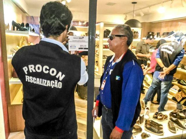 Lojas são adesivadas pela equipe do Procon. Foto: Agência de Notícias Maranhão