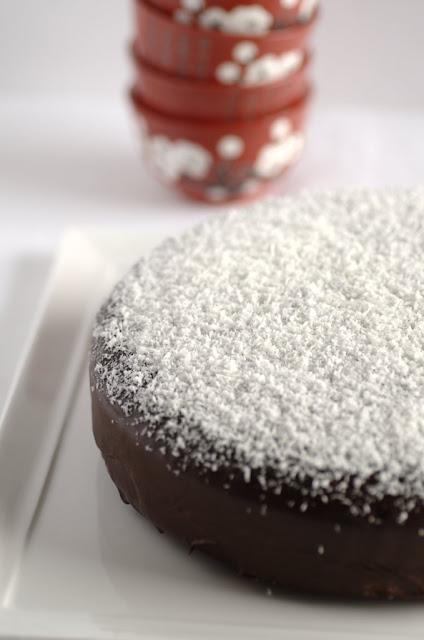 Torta al cioccolato, glassata con cioccocaffè, spolverata con cocco