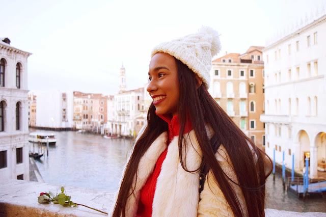 Chica morena sonriendo en Venecia