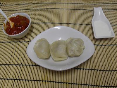Pelmenis con sus dos salsas representadas