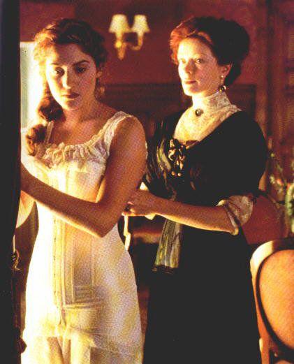 Cena filme Titanic Rose usando espartilho