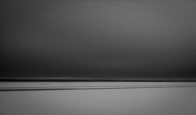 Joulukuun maisemaa järven jäällä