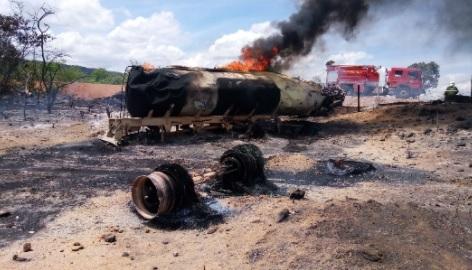 Bombeiros do Cariri combatem incêndio em caminhão que transportava gasolina em Nova Olinda