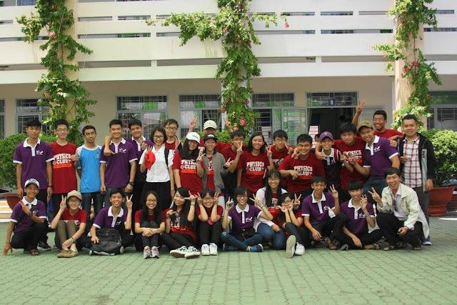 Thầy Siêu và các bạn ở CLB Vật lý THPT Phú Nhuận cùng CLB Thiên văn Đồng Nai chụp hình lưu niệm sau khi kết thúc buổi đo đạc chu vi Trái Đất.
