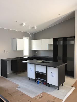 vaakaharjattu mäntyviilu, laminaattitaso Basalt Slate, saareke keittiö, maalattu välitila, mustavalkoinen keittiö, Puustelli