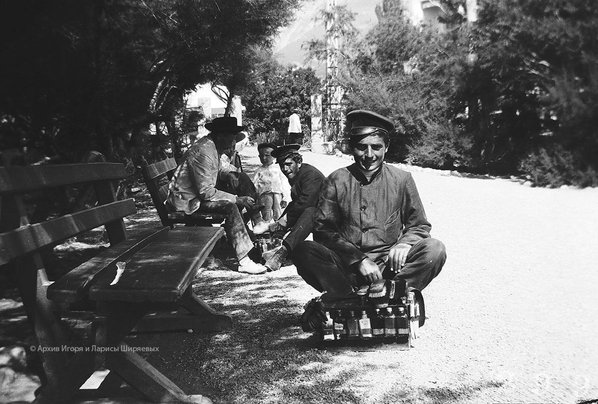 Старое фото Крыма. Чистильщики обуви