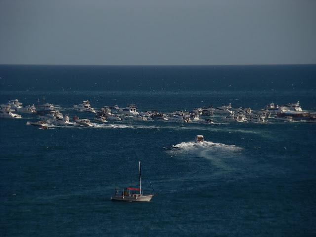 Procissão de barcos finalizando a festa no mar