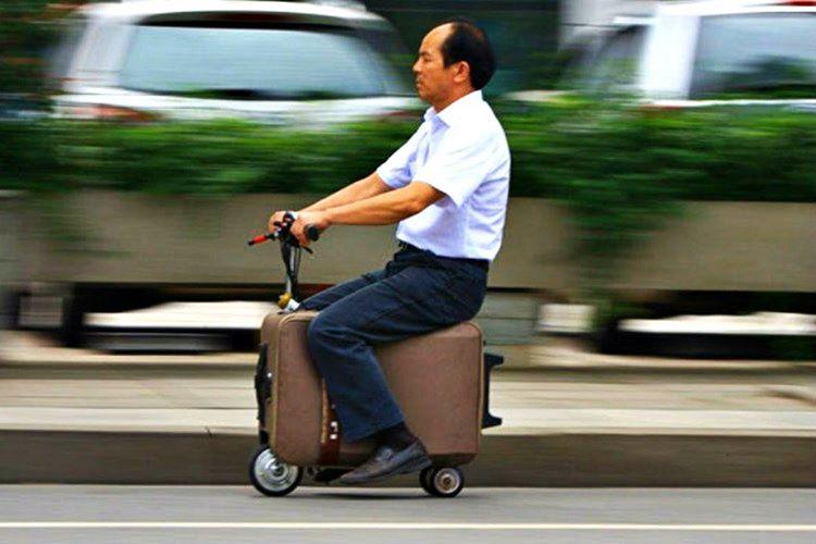 Valiz scooter yolcuların hızlı bir şekilde havalimanı ve otogarlarda işlerini gerçekleştirmesini sağlamaktadır.