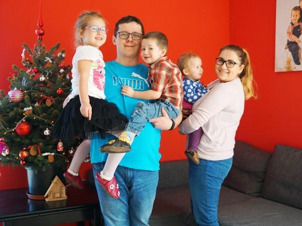 zdjęcie rodzinne - mama, tata i trójka dzieci z choinką