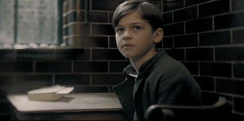 Херо Файнс Тифин като 11-годишния Том Риддъл
