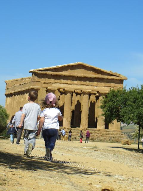http://www.mammafarandaway.com/2014/05/nella-valle-dei-templi-con-i-bambini-un.html
