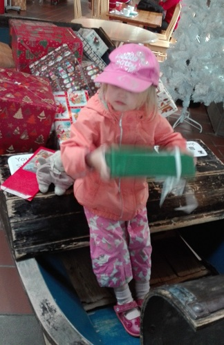 lapsi reessä pakettien kanssa