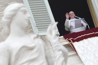 CIUDAD DEL VATICANO (Notimex) — El papa Francisco alcanzó este martes los 4 millones de seguidores en Twitter,entre los que destacan los de lengua inglesa y española, esto, a sólo seis días de que fue electo. El sumo pontífice escribió este martes dos mensajes en Twitter, en el primero indicó que «El verdadero poder es el servicio. El Papa ha de servir a todos, especialmente a los más pobres, los más débiles, los más pequeños». «Acojamos a Cristo en nuestra vida, ocupémonos unos de otros, respetemos la creación con amor», fue su segundo tuit en la red social. Este mismo