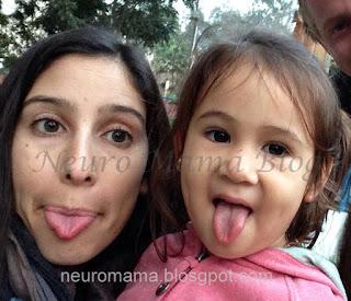 Mamá e hija sacando la lengua y conriendo