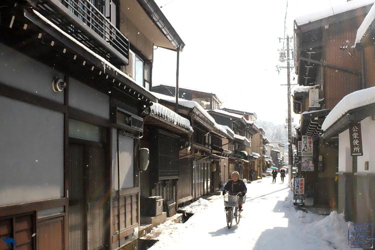Le Chameau bleu - Blog Voyage Japon - Voyage au Japon - Mamie de Takayama sous la neige