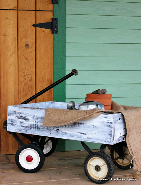 make a decorative wagon from pallet wood