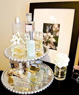 organizar perfumes em bandeijas
