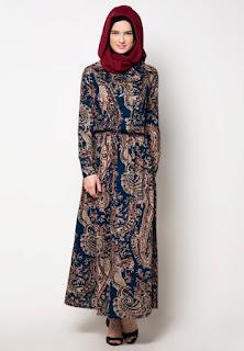 Long Dress Batik dengan Gaya Casual Model Pertama