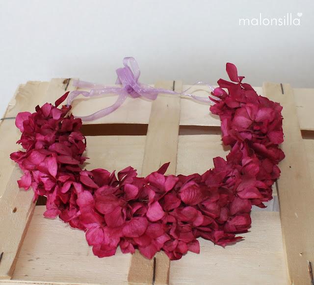 Corona de flores preservadas color buganvilla y lazo en color malva