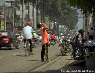 Một người đang quan sát nhật thực ở Sài Gòn năm 1995. Hình ảnh: Trần Đăng Chí.