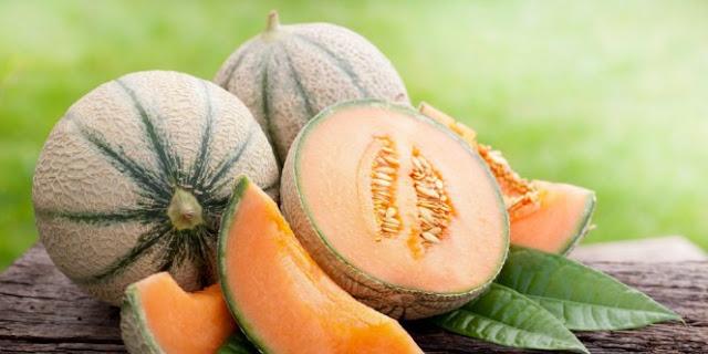 Manfaat Buah Blewah Untuk Kesehatan  Blewah (Cucumis melo) adalah buah lezat yang segar, sama seperti anggota keluarganya yang lain yaitu   watermelon atau semangka. Terutama jika dibuat es koktail,  atau membuat jus buah. Pada saat cuaca lagi terik,   blewah merupakan pilihan terbaik untuk menghilangkan haus. Tidak hanya itu, jika Anda mengalami buah   blewah Anda juga akan mendapat manfaat yang baik bagi kesehatan. Blewah  mengandung vitamin C dan   vitamin B6. Bagi penderita hipertensi dan diabetes, blewah sangat baik untuk dikonsumsi.  Berikut Ini Kandungan Nutrisi Pada Buah Blewah Menurut The Journal of Food Science meneliti bahwa, 100   gram blewah rata-rata mengandung :  Vitamin A – 3382IU (mencukupi hingga 68% kebutuhan harian vitamin A) Vitamin C – 36,7 mg (mencukupi 61% kebutuhan harian vitamin C) Mineral Kalium – 267 mg (mencukupi 8% kebutuhan harian kalium) Folat – sebanyak 21 mcg (mencukupi 5% kebutuhan harian akan folat) Magnesium – 12,69 mg Mangan – 0,03 mg Tembaga – 0,05 mg Seng – 0,10 mg Kobalt – 0,003 mg Krom – 0,005 mg  Manfaat Buah Blewah untuk Kesehatan  1. Manfaat Buah Blewah untuk Menurunkan Berat Badan Manfaat yang pertama adalah untuk menurunkan berat badan, ini menjadi kabar gembira bagi anda yang sedang   menjalankan program diet, karena buah blewah rendah gula dan kalori. Selain untuk menjaga berat badan, buah   ini juga sangat bermanfaat untuk menjaga kesehatan tubuh dan menghindari dari berbagai penyakit.  Baca juga : Suplemen pelangsing badan paling manjur   http://produkgreenworldsite.blogspot.co.id/2015/11/suplemen-pelangsing-badan-paling-manjur.html   2. Manfaat Buah Blewah untuk Menurunkan Tekanan Darah Kemudian, manfaat yang sangat luar biasa lainnya adalah karena kandungan kalium, vitamin C dan potasium   dalam blewah membantu dalam menurunkan tekanan darah, disamping juga bermanfaat untuk mengendalikan   tekanan darah. Bahkan buah ini tidak memiliki kandungan kolesterol sama sekali. Oleh karena itu, blewah ini   sangat aman bagi