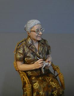 Statuetta personalizzata milano presepe donna anziana uncinetto sedia vimini orme magiche