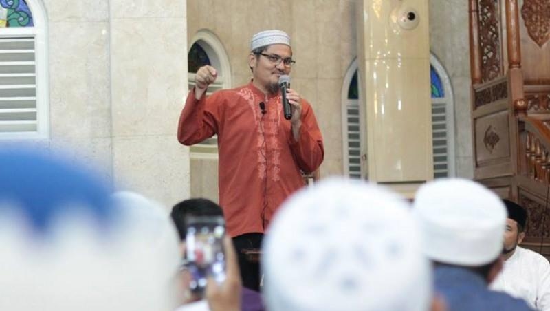 Jonru berceramah di masjid