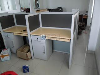 Meja Sekat Kantor Bahan Multiplek HPL - Pesan Furniture Kantor Produksi Cepat