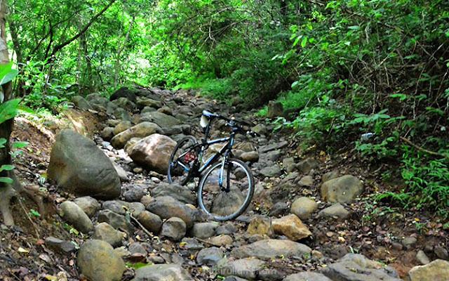 Yakin mau nuntun sepeda kalau jalannya seperti ini? Yang ada harus manggul sepeda