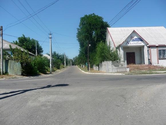 Васильківка. Магазин «Калиновий». Біля нього зупиняється автобус Дніпро – Покровське