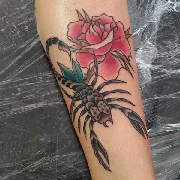 çiçekli akrep dövmesi kol