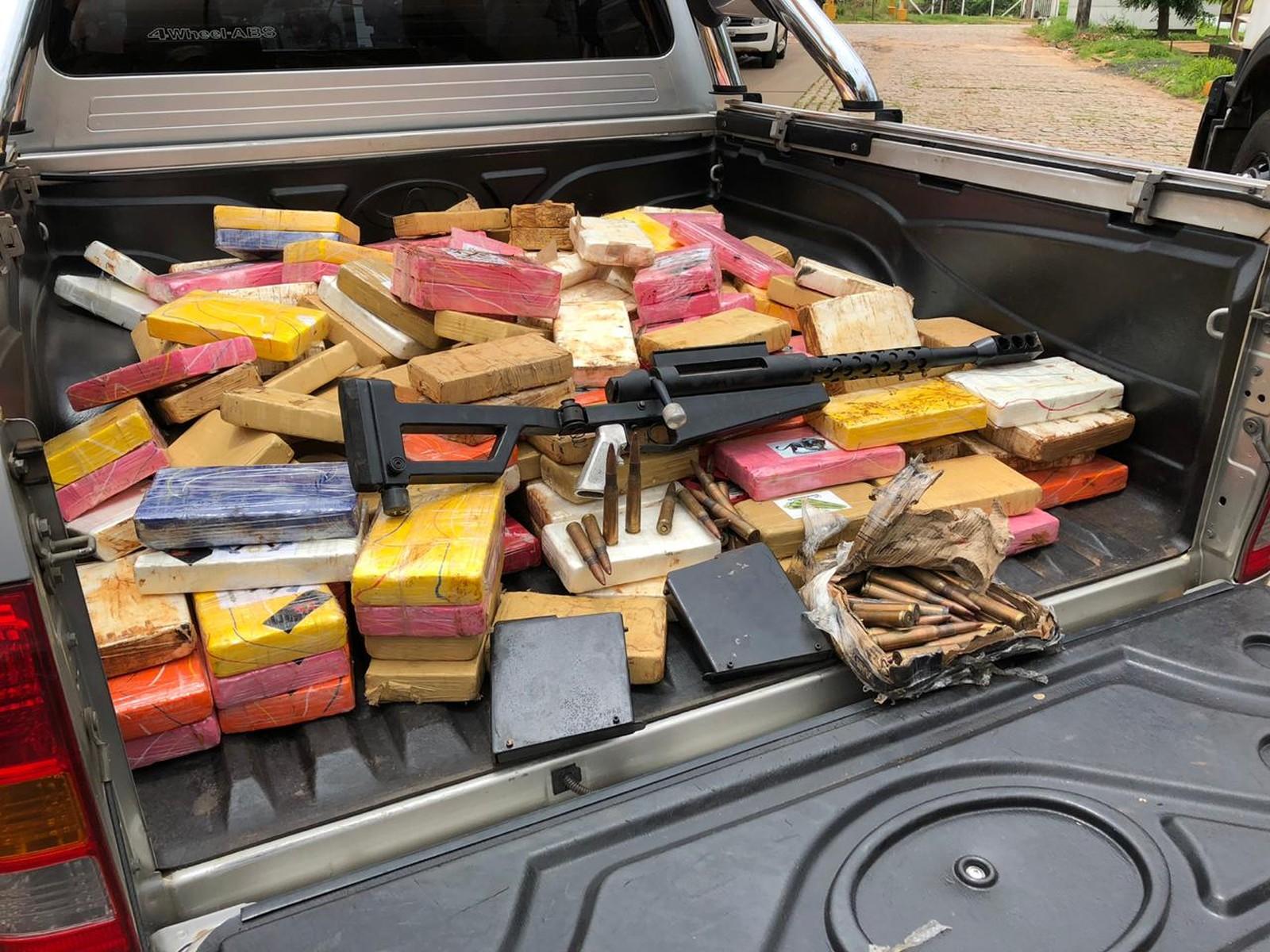 0e488414123 Polícia apreende cerca de uma tonelada de cocaína em fundos falsos de  caminhões em Bálsamo