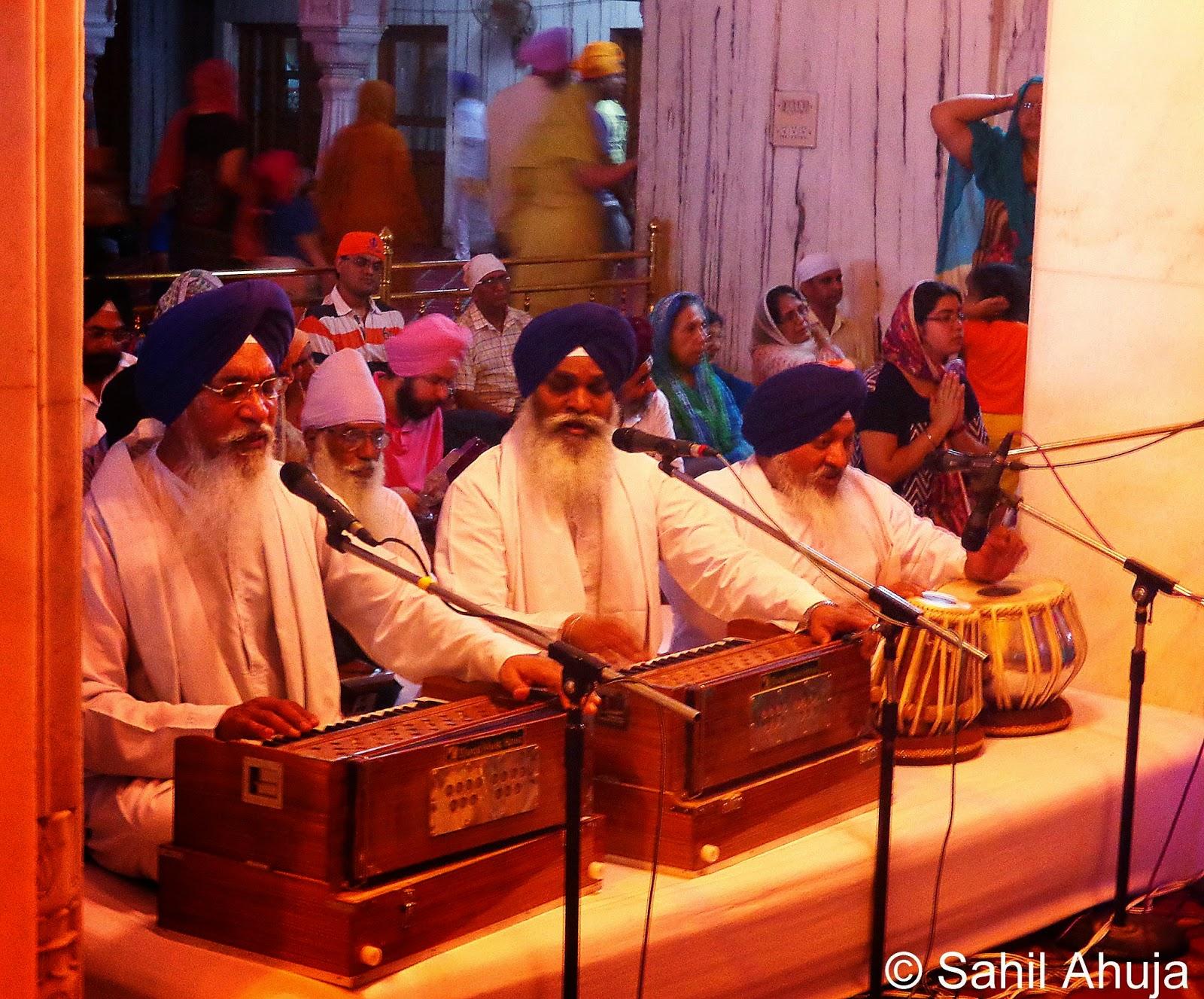 Sonam K Ahuja and hubby Anand Ahuja seek blessings at a Gurudwara