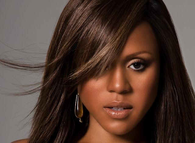 Mujer negra alisado afro