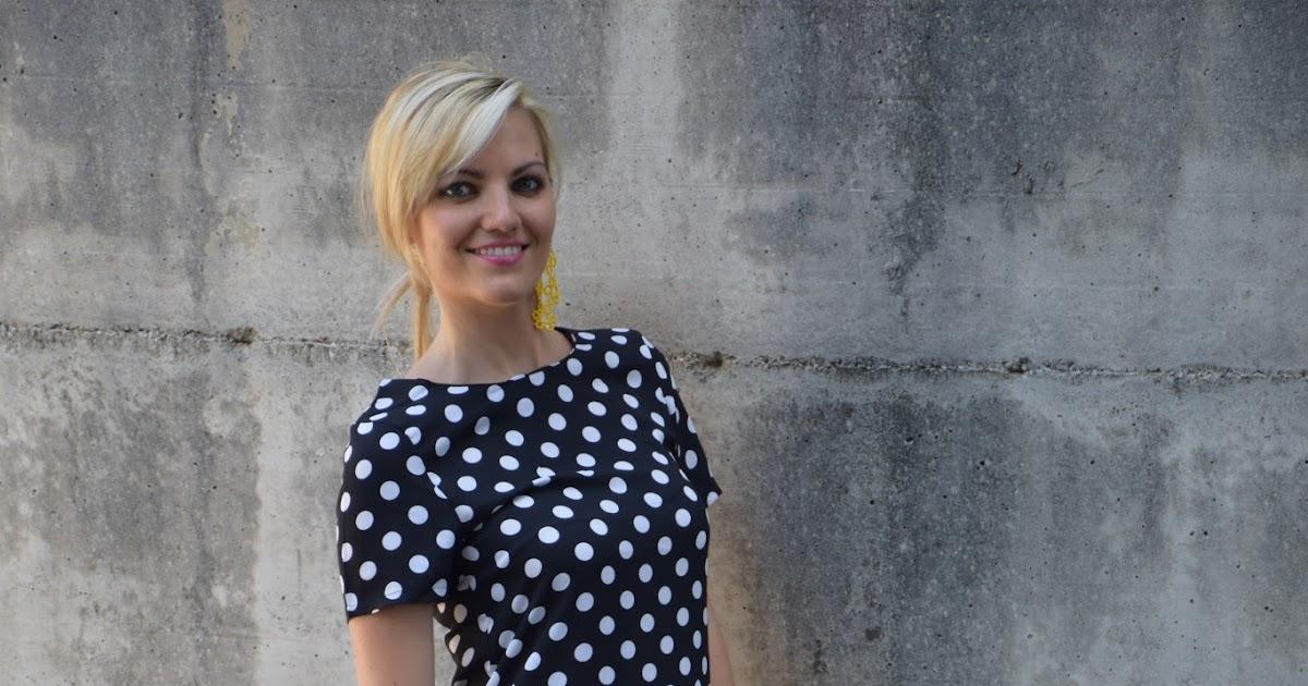 Outfit: polka dots dress - abito a pois bianchi su fondo nero abbinato ad accessori gialli -