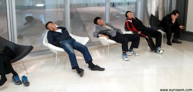 Señores coreanos durmiendo mientras sus esposas compran